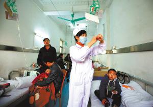 儿科病房不赚钱而且风险大,很多医院都撤消了儿科病房。但武汉商业职工医院一直保留着亏损的儿科病房。 记者 马青 摄