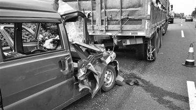 宁波高速一车子抛锚拿塑料桶当警示牌 后方司机一头撞上去 转贴:汽车相关