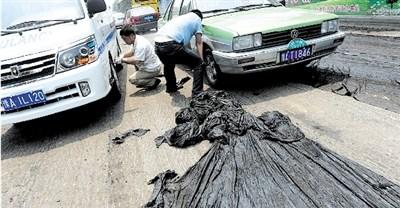 郑州高温路面沥青被晒化 公交车粘在路上(图)