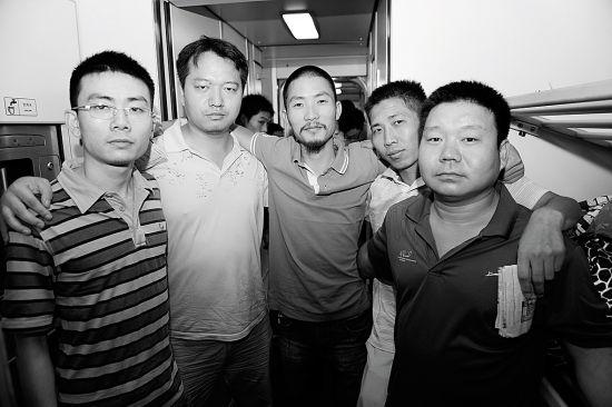 韩忠、梁智、陈福乐、飞天燕子、五佰在回京列车上拍摄的合影 (以上姓名为网名)