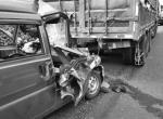 宁波高速一车子抛锚拿塑料桶当警示牌 后方司机一头撞上去